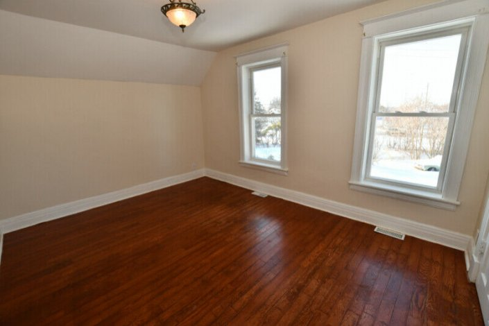 2 STOREY ON THE EDGE OF TOWN IN A GREAT LOCATION
