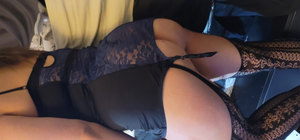 sexy cutie with a bootie wants to serve and be dominated.